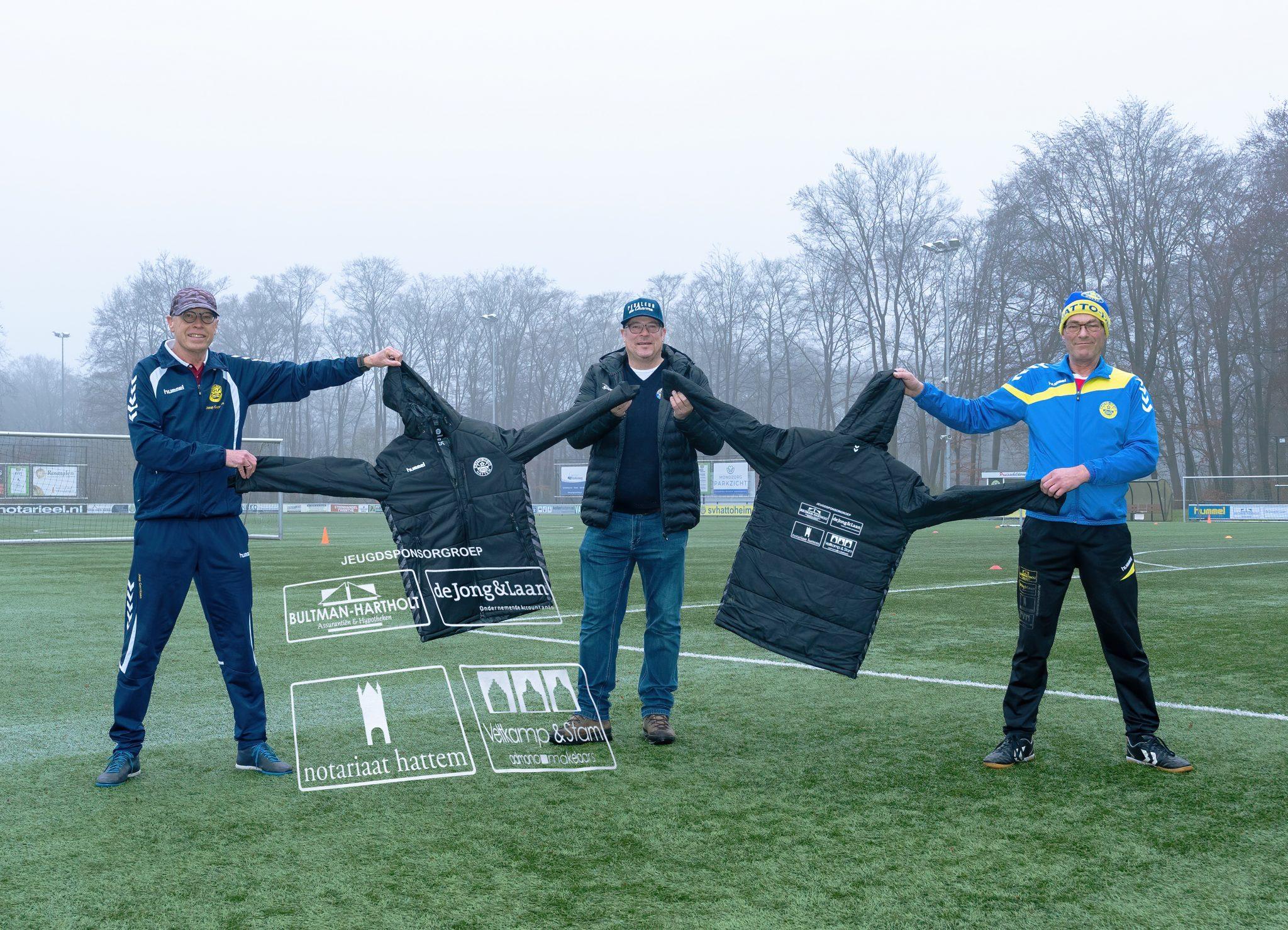 Nieuwe jassen voor de jeugdtrainers en begeleiders van sv Hatto-Heim.